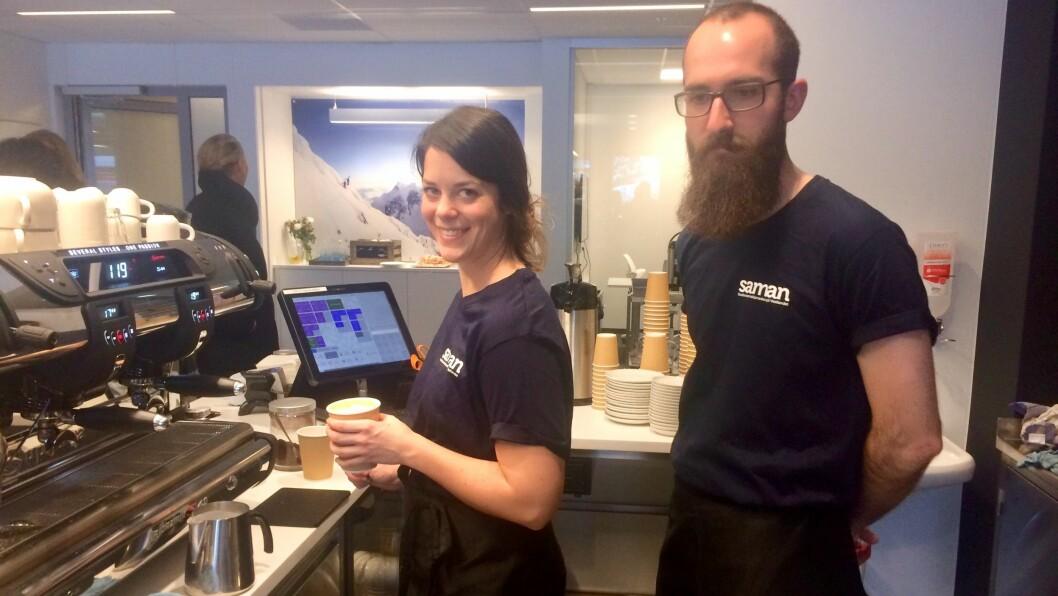 NYTT TILBOD: Johanna Bayer og Samuel Mascetti styrer spakene på den nyopna kaffibaren på Fosshaugane Campus i Sogndal.