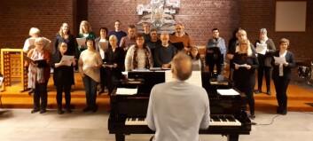 Her øver gospelkoret før hyllestkonserten til Elvis Presley