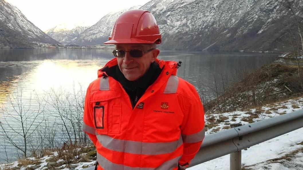 NY REISKAP: Rune Dvergsdal informerer om at fjellreinsklaget har teke i bruk ein ny type reiskap denne torsdagen. Det er ei luftpute som blæs seg opp ved hjelp av kompressor, og som boksar store steinar utfor fjellskrenten.