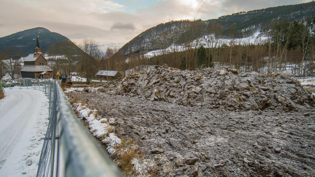 I GANG: Det har tatt si tid, men no er endeleg anleggsarbeidet starta på den nye gravlunda ved stavkyrkja på Kaupanger.