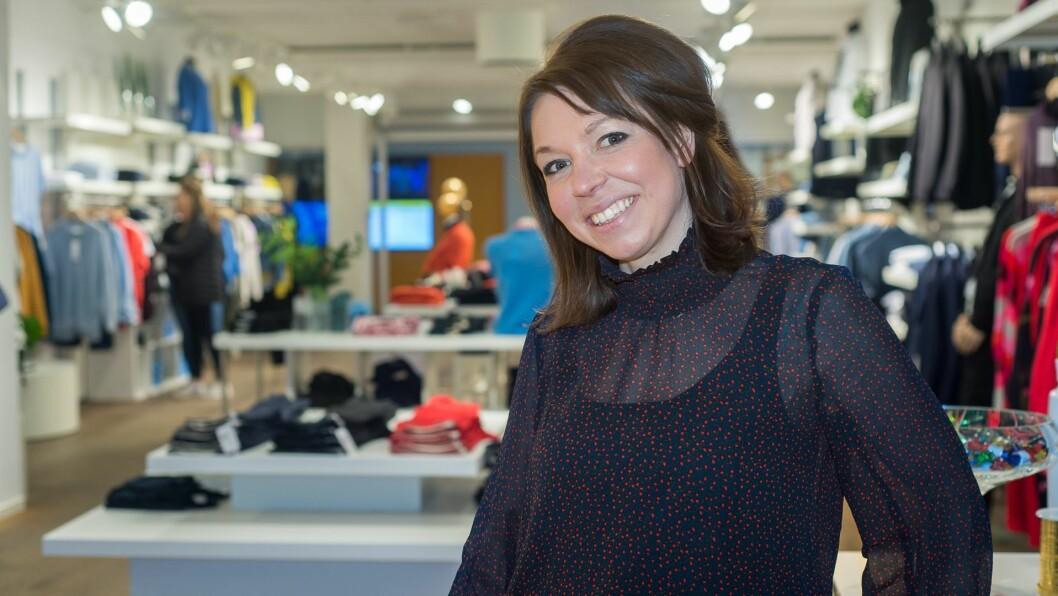 SATSAR SJØLV: Unni Ynnesdal er klar til å prøva seg som butikkeigar, etter å ha jobba i klesbransjen i fleirfaldige år. Torsdag opna ho motebutikken Lauv på AMFI Sogningen.
