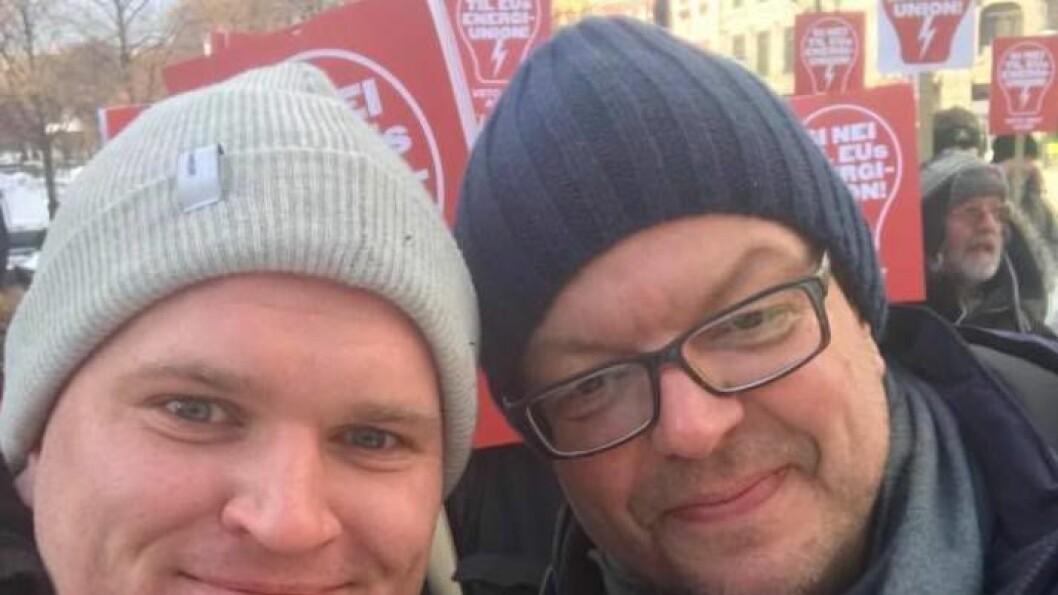 DEMONSTRERTE: Frå Årdal tok både Aleksander Øren Heen (t.v, Sp) og Hilmar Høl (Ap) turen til Oslo for å demonstrera tysdag. Dei demonstrerte mot at Noreg skal slutta seg til EU sin energiunion ACER.