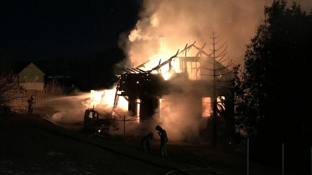 KREVANDE: Huset var allereie overtent då brannmannskapa kom til.