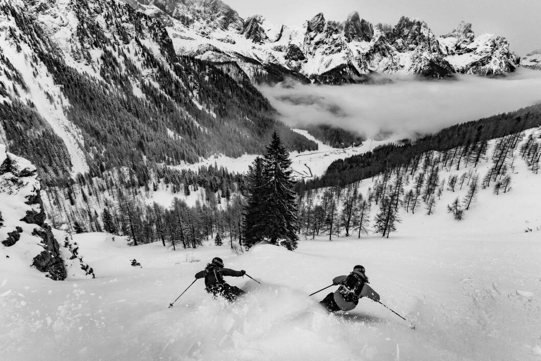 VINNARBIDRAG: Sondre Loftsgarden og Karl-Kristian Muggerud dansar gjennom den italienske laussnøen. For dette biletet vart fotograf Bård Basberg kåra til King of Dolomites.