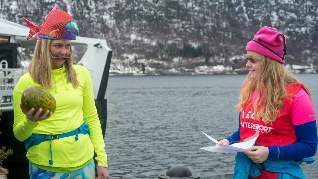REBUS: Birgitte Fossheim Dokken og Hanne Selle Ulvang var blant studentane som hadde kledd seg opp til rebusløpet i Sogndal på søndag. Her prøver dei å gjetta vekta på ein melon.