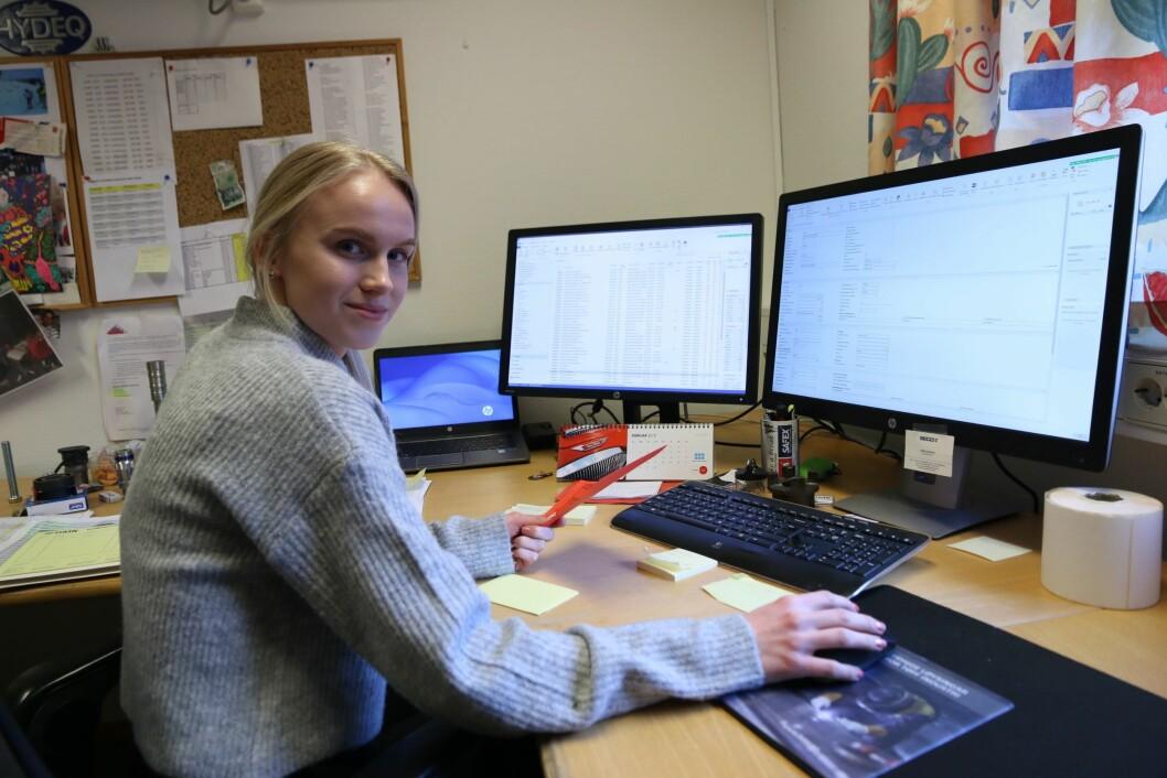 KONTOR: Trine Lomheim jobba mykje med ERP-systemet som HMR Hydeq nyttar i det daglege.