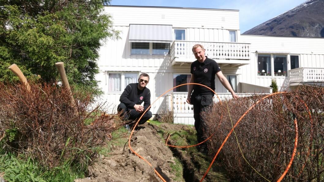 GRAVING: Kristian Heggestad og Joakim Hillestad syner korleis ei skapleg grøft er laga.