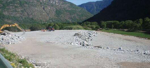 Her er dei første gravemaskinene i gang på «nye» Håbakken