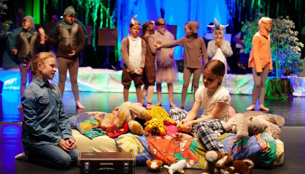 JUNGELEVENTYRET: Elevane var glade og spente då dei synte fram førestillinga Jungeleventyret i Årdal kulturhus,