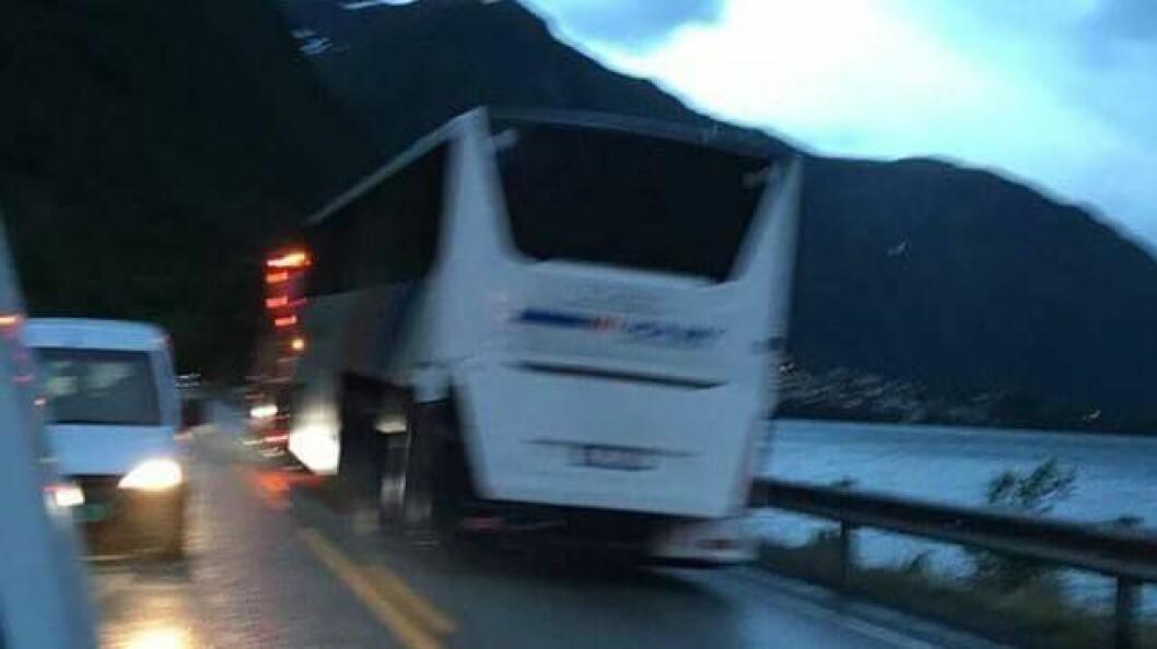 FRAKTA VEKK: Her blir ulukkesbussen frakta vekk av bilbergar. Etter sju timar er vegen mellom Årdalstangen og Øvre no open att.
