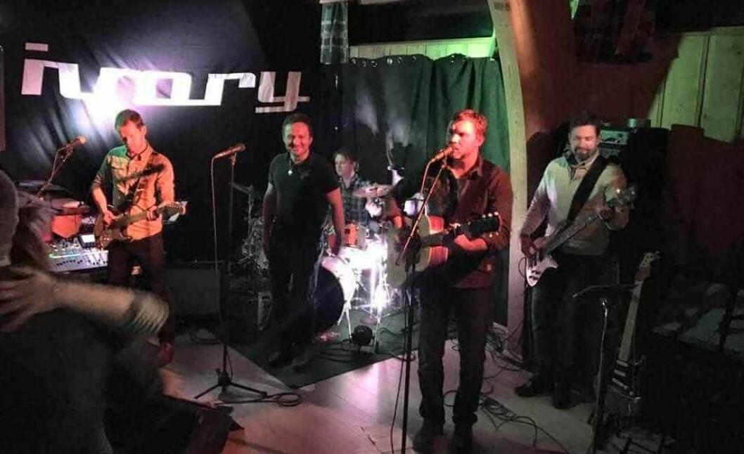SHOW MUST GO ON: For Ivory og trommis Joar Fossøy skal det meir enn ei gipsa hand for å stoppa ein konsert.