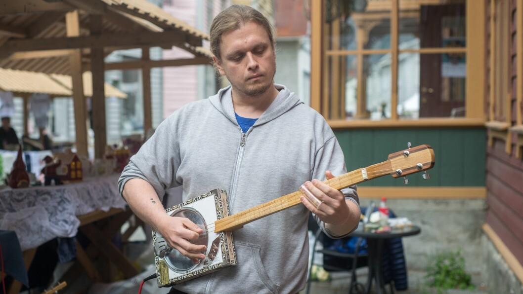 GROMLYD: Han kjem frå Kvamsøy i Balestrand, men bur på Sandane. I helga var Vegard Hjartholm på Lærdalsmarknaden for å selja dei heimesnekra gitarane sine.