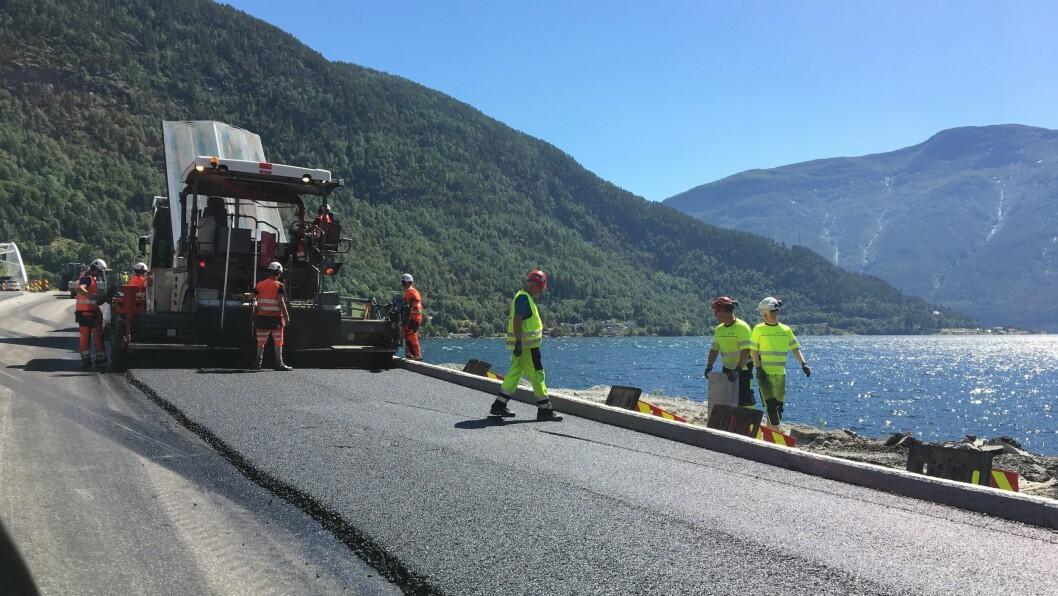 JOBBAR PÅ: Denne veka blir det lagt ny asfalt i tilknyting til Loftesnesbrui. Arbeidet med å ferdigstilla den nye brua går mot slutten.