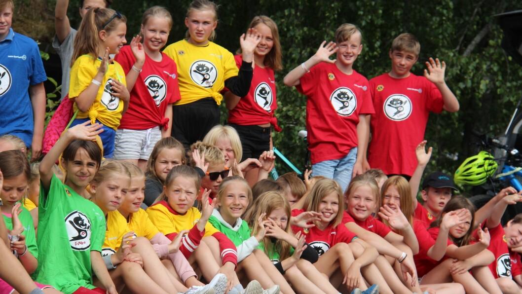 NØGDE BORN: Alle borna fekk kvar si t-skjurte og blei delt inn i grupper som deltok på ulike aktivitetar.