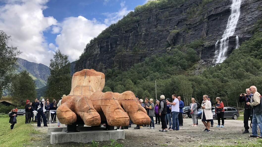 HÅNDMUNN: Håndmunnen, monument til ære for filosofen Ludvig Wittgenstein, står på Vassbakken på Skjolden. Det blei frakta frå Dovre, og over Sognefjellet førre veke.