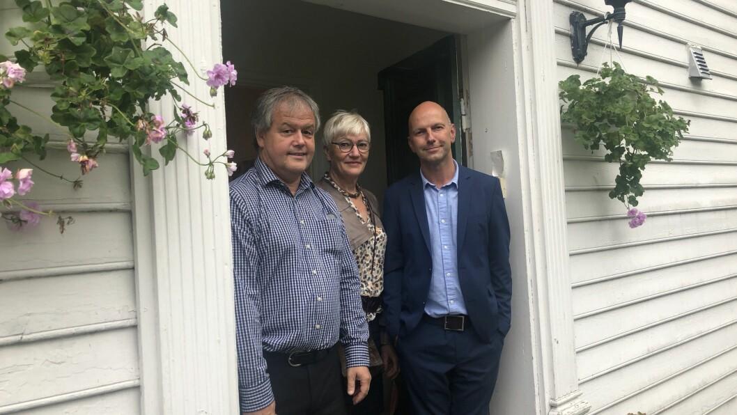 SAMLA: Pål Sagen, Eli Selstad, og Dagfinn Hovland i døra inn til prestebustaden i Luster.