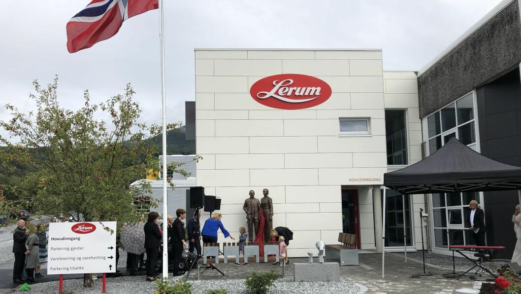 OPNA: Liv Signe Navarsete erklærte den nye fabrikken på Kaupanger for opna med ein tale på rim.