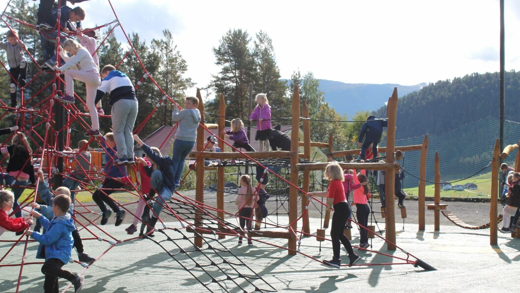 KLATREPARK: Det var stor iver over den nye klatreparken på skulen.