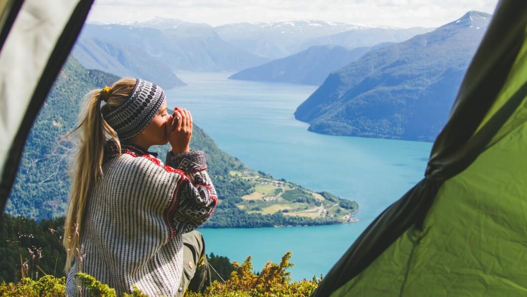 UTSIKT TIL MORGONKAFFIEN: Marte Soldal og kjærasten Daniel tok teltet fatt og brukte sommarferien på å utforska fjelltoppane i fylket.
