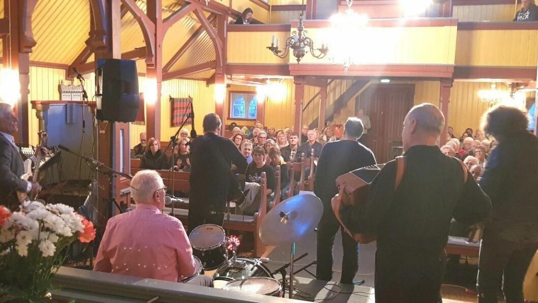 Longhorn spelar i Borgund kyrkje
