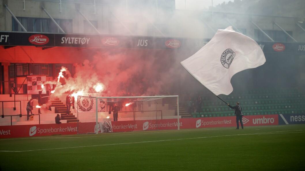 RAUDT LYS: Fansen på Fosshaugane feira med raude lys då Sogndal møtte Nest-Sotra i september i fjor. No slit begge klubbane med økonomien.