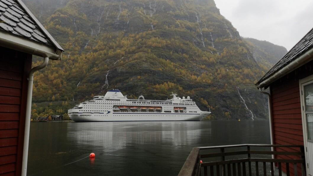 SISTE GJEST: Tysdag gjorde cruiseskipet Columbus seg klar til å forlata Flåm, som det siste for i år.