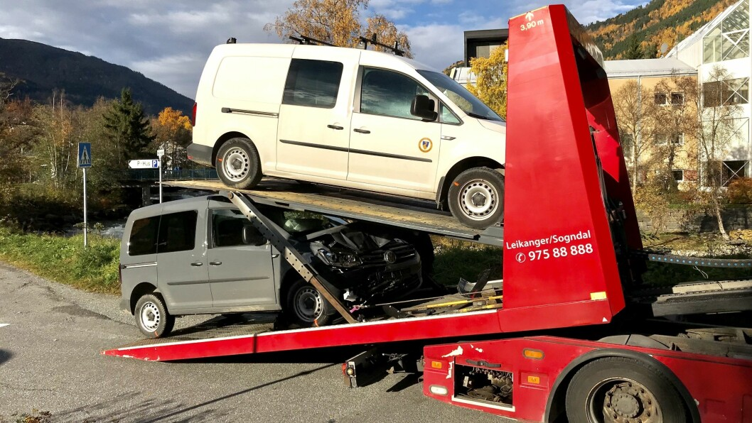 KRAFTIG TRYKK: Den grå bilen fekk smadra fronten, medan den kvite vart bulka bak til venstre.