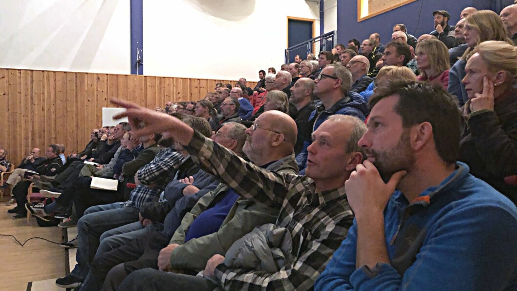 FOLKEMØTE: Over 100 skjoldingar møtte opp på Fjordstova til folkemøte etter flaumen.