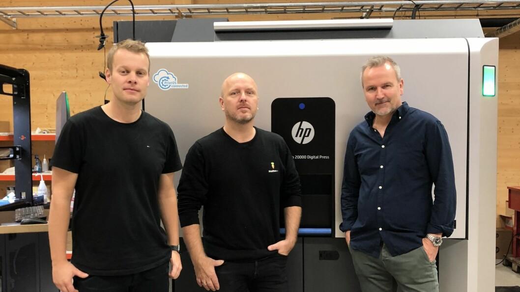 LOKAL TRIO: Denne gjengen vil samarbeida tettare i framtida. Her står dei framanfor den nye HP 20 000 maskina til Digital Etikett. Frå venstre Tom Dyrdal frå NTP Avery Dennison, Øyvind Aga i Printfarm.no og Kjetil Hovland i Digital Etikett.