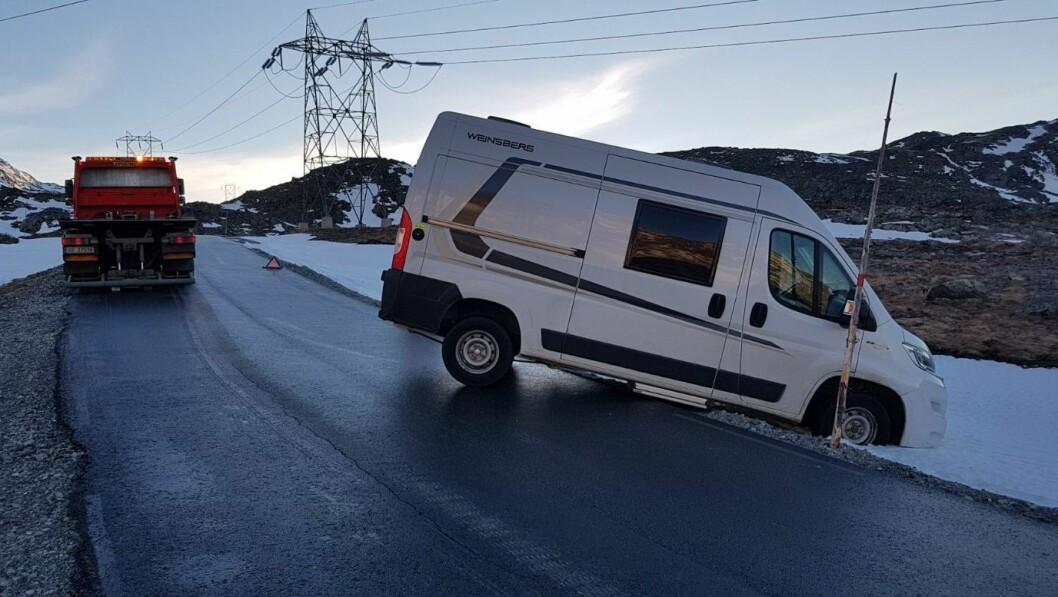 TRØBBEL PÅ GLATTA: Då fleire bilar fekk trøbbel på grunn av glatt veg og dårlege vinterdekk, valde  Tindevegen fredag å stenga for sesongen.