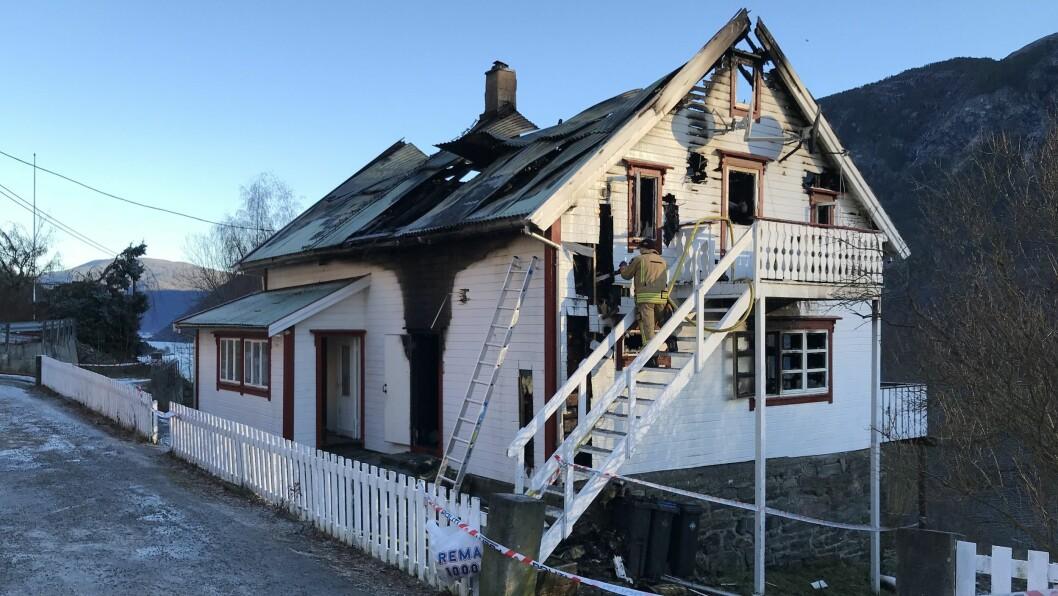 ETTERSLØKKING: I 12-tida torsdag dreiv brannmannskap framleis med ettersløkking på staden.