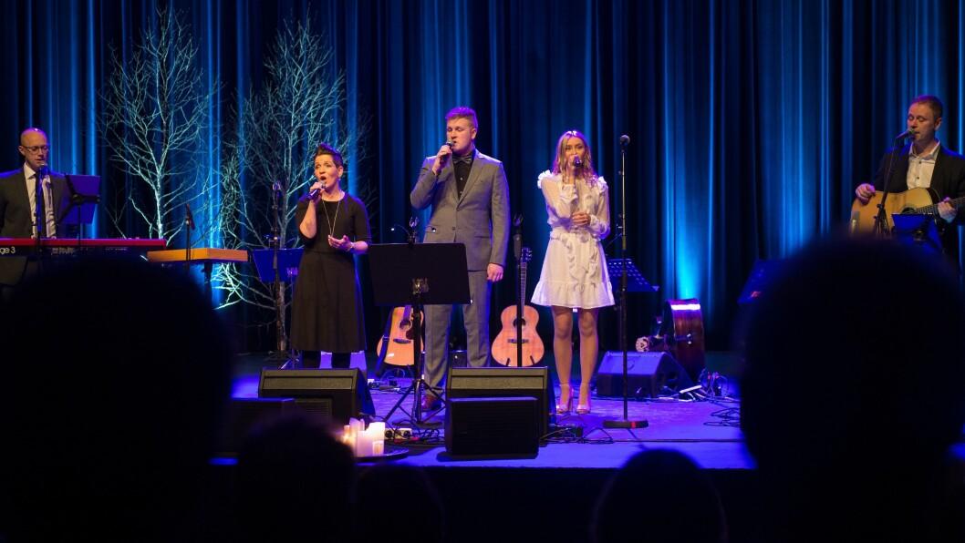 SYNG JULA INN: Bjørn Tore Årøy, Kari Malmanger, Einar Bolstad, Gunn Marit Kvåle og Inge Ronny Kvåle sørga for julestemning i kulturhuset i Sogndal denne helga.