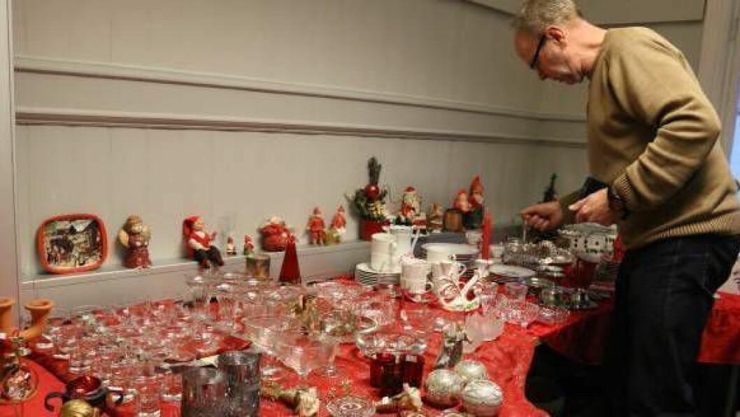 STORT UTVAL: Steinar Drægni syner fram det enorme utvalet av juledekorasjon i 2. etasjen.