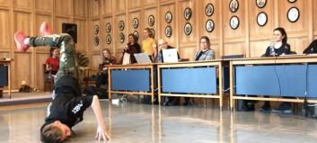 Her imponerer Sander (12) politikarane med breakdance i kommunestyresalen