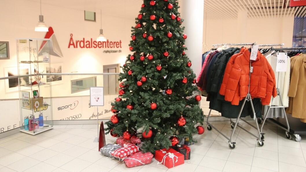 UNDER TREET: Mange har bidrege med gåver på Årdalssenteret.