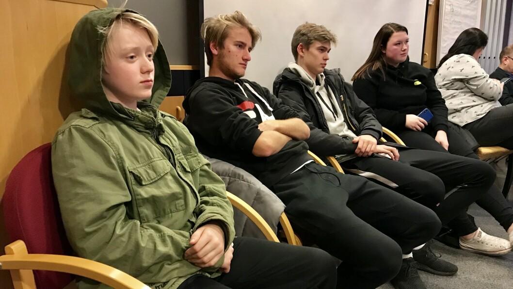 NESTEN I BOKS: Fire medlemmar frå ungdomsrådet følgde med då politikarane diskuterte innføring av gratis skulemåltid. Nummer to frå venstre er Herman Vigdal Øren, nummer fire er Katrine Walaker.