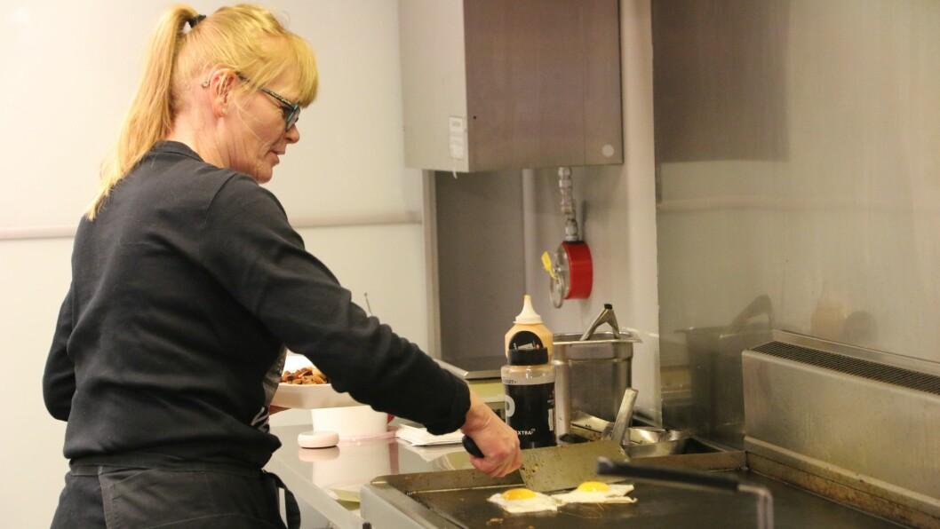 LIKE VIKTIG: –Den sosiale delen av jobben er minst like viktig som å lage mat, seier Karin Myrland.