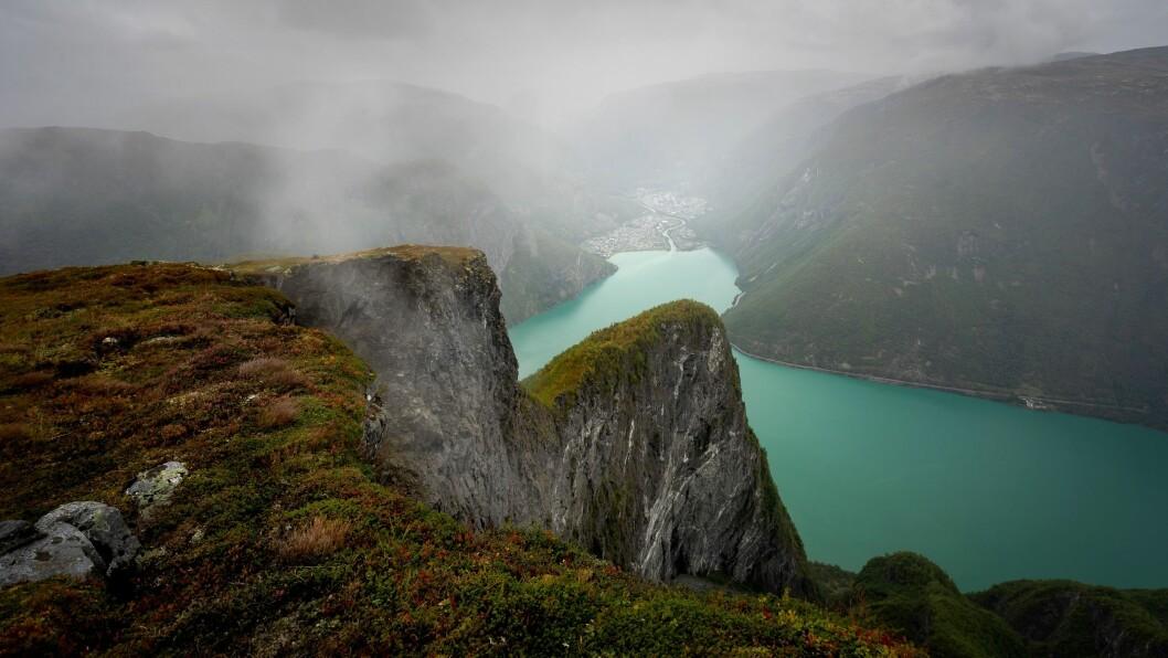 FLOTT UTSIKT: Vekas foto er teke frå toppen av fjellet Bøttejuv i Årdal, og syner flott utsikt mot Øvre Årdal med blått vatn og frodig mark.
