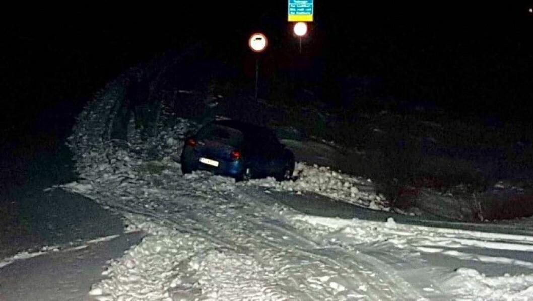 BOM STOPP: Bilen vart sitjande fast med god utsikt mot skiltet om vinterstengd veg.
