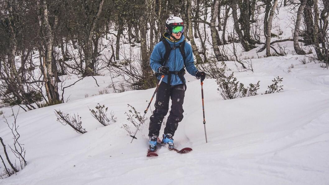IKKJE IDEELT: Synet av einer som stikk opp, er ikkje noko godt teikn for skientusiastar. Ole Petter Nordanger vart ikkje skremd og tok turen med plankar på beina.