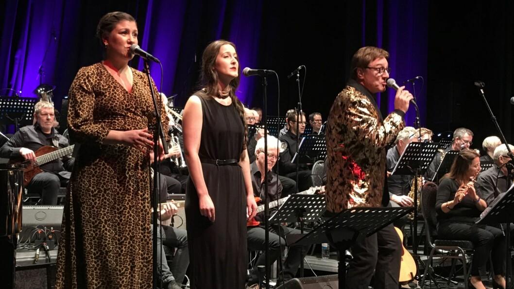 LOKAL GRUNNSTAMME: Monica Rennan Hjelle og Ellen Løvhaug Harrison sørga for koringa då Tor Endresen var hovudgjest på den årlege nyttårskonserten til Øvre Årdal Janitsjarkorps.