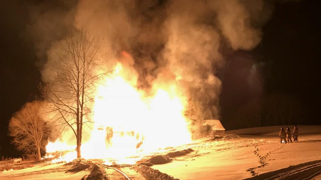 OVERTENT: Eit gardshus på Holsete i Øvre Årdal tok fyr natt til måndag. Brannvesenet jobbar for å hindre spreiing.