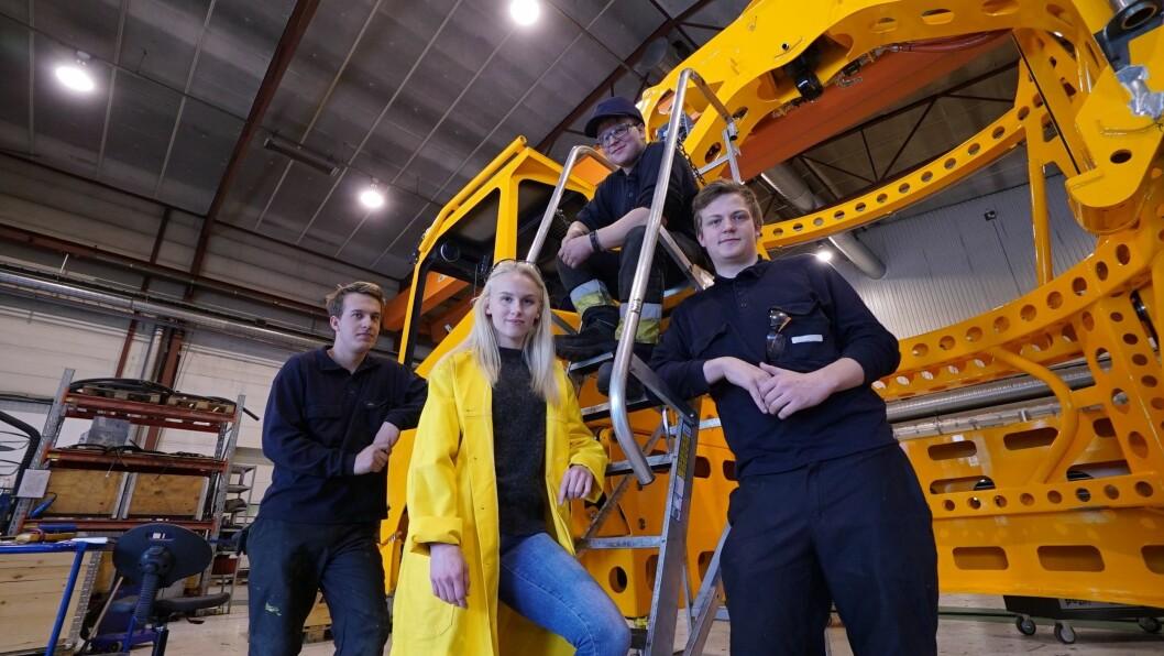 LÆRLINGEÅRET 18/19: Petter Opheim, Trine Lomheim, Anders Lomheim (bak) og Tor Sivert Valaker Nes, saman med det som skal bli ei ny tappevogn.