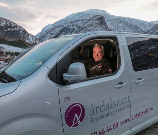 LOKALT: – Det er viktig å bruka lokale tilbod, og det gjeld ikkje berre Årdalsnett. Slik spelar vi kvarandre gode, meiner Odd Øren, sitjande i ein Peugeot levert av Indre Sogn Bil.