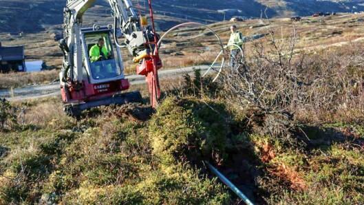 FIBER: Plog på gravemaskin som legg kabel med det same. På denne måten blei gravekostnadane redusert til en tidel.