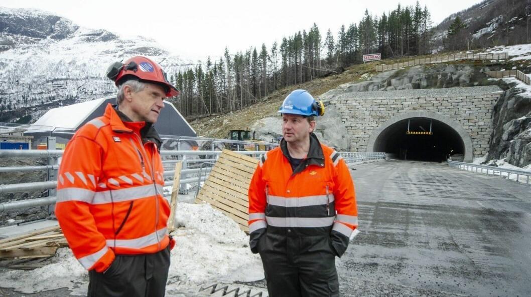 RØDØLSTUNNELEN: Prosjektleiar Odd Erik Haugen (t.v.) er glad for å setje ein strek for prossesen. Her frå då han tok med seg Vang-ordførar Vidar Eltun på synfaring for prosjektet.