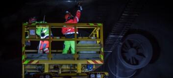 13 mann i sving for å rydda tunnelen, Vegvesenet har håp om å opna over helga