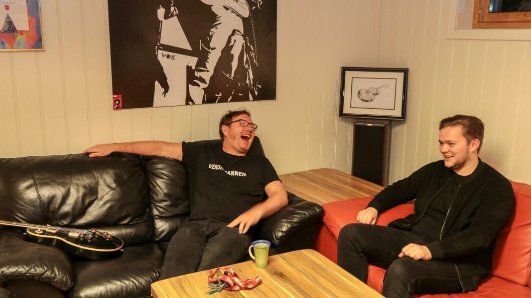 God stemning: Ketil Thorbjørnsen og Andreas Hillestad Aannevik slår av ein prat i sofagruppa etter litt gitarspel.