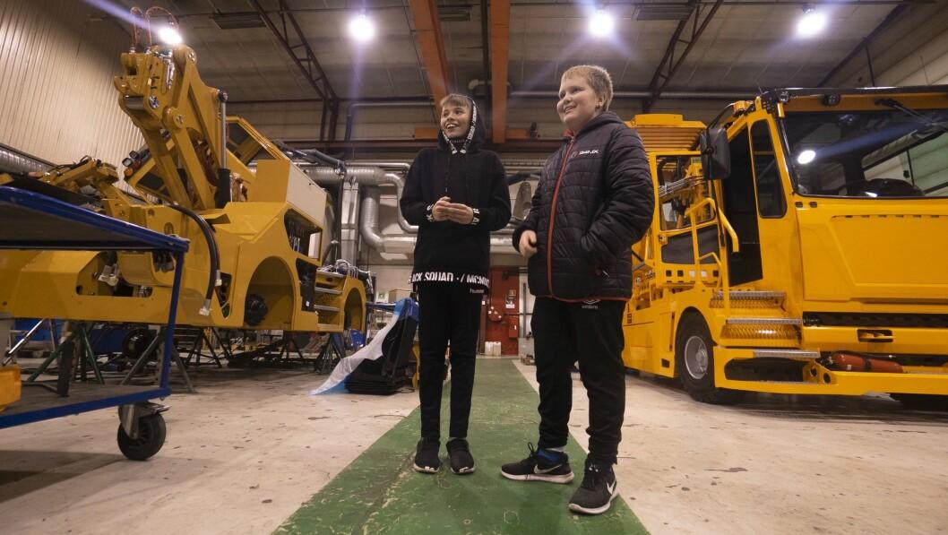 INNTRYKK: Spesialbygde køyretøy med avansert teknologi. Og dei er utvikla og produsert i Årdal! Det gjorde inntrykk på 8.-klassingane frå Farnes og Tangen skule.