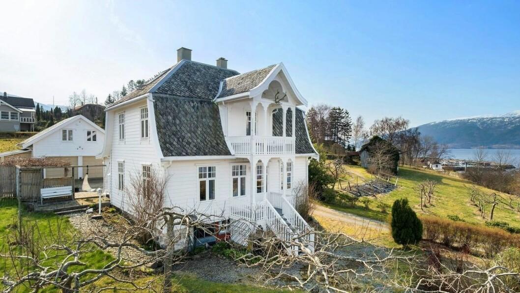 FJORD OG FJELL: Eigedommen har flott utsikt til Sognefjorden.